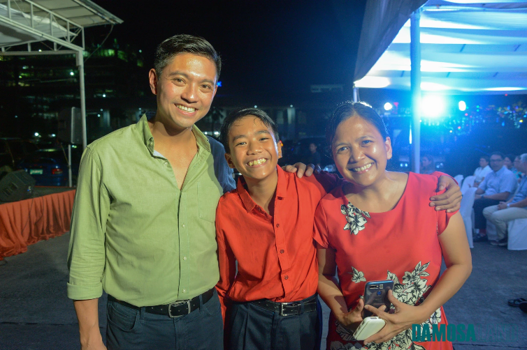 Cary poses with teen sensation JJ Dolor and his mother